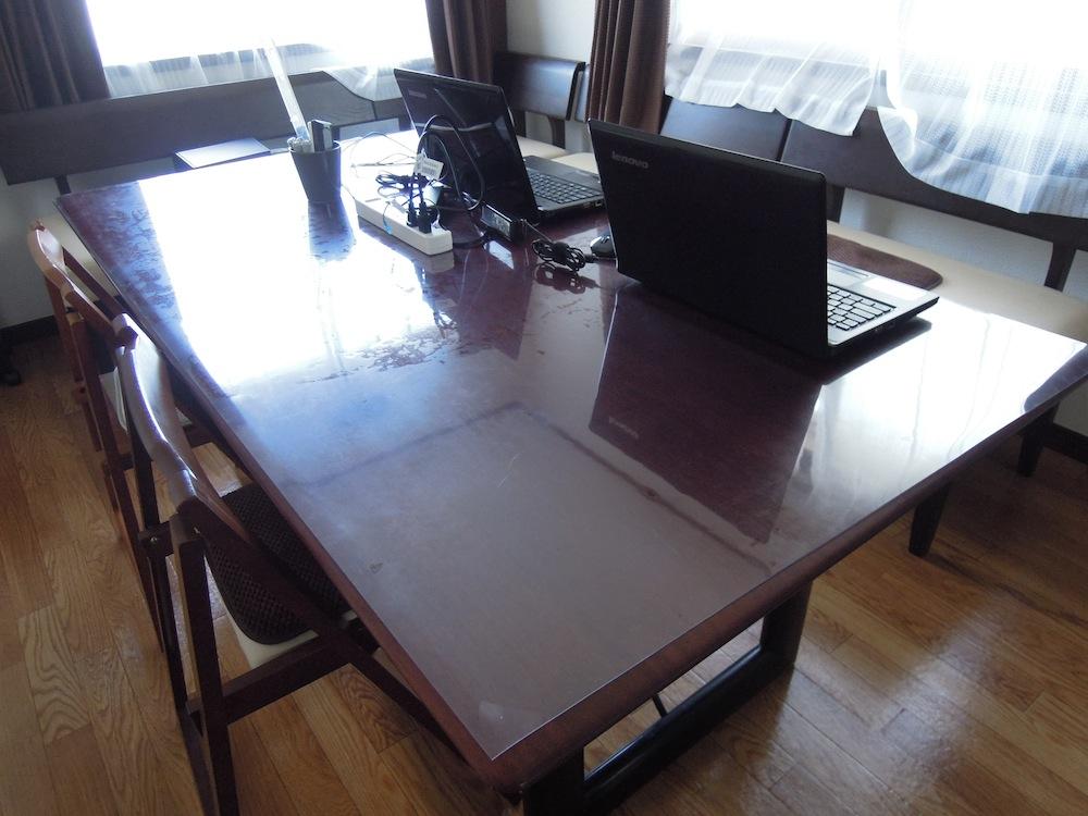 2階は大きな部屋2つ、こちらはコワーキングルームのテーブルです