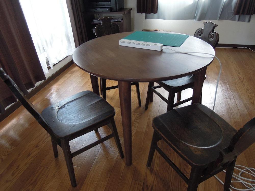 2Fコワーキングルームの丸テーブルです。小人数のちょっとした打ち合わせも可能です。